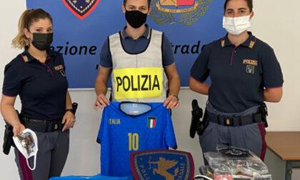 Giù la maschera: la Polstrada scopre rete di indumenti contraffatti